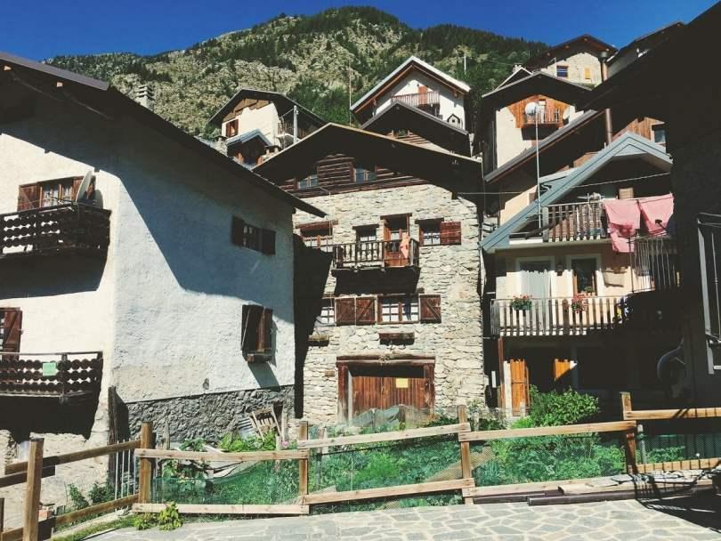 Strepeis_tipico paesino di montagna in Piemonte con case arroccate sotto al monte