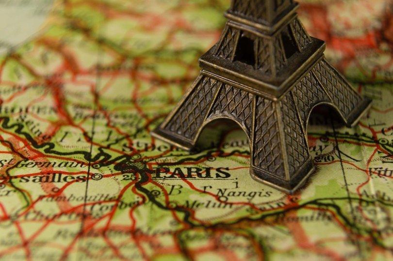 Come trovare lavoro in Francia_mappa Parigi e tour Eiffel