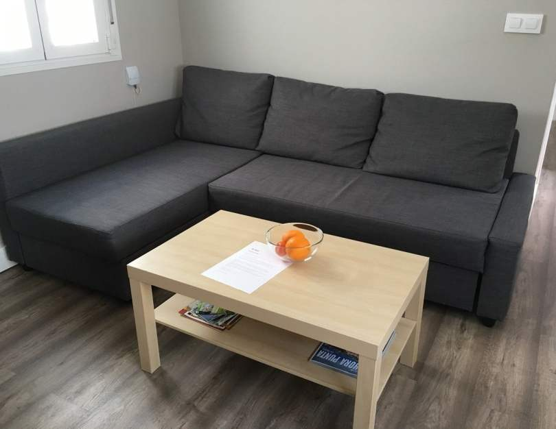 Divano e tavolino_casa di José_dove dormire a SIviglia