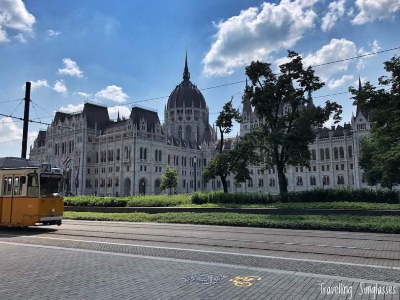 Trasferirsi a Budapest_tram e parlamento