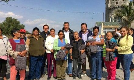 Panistas entregan cobijas en San Francisco del Rincón