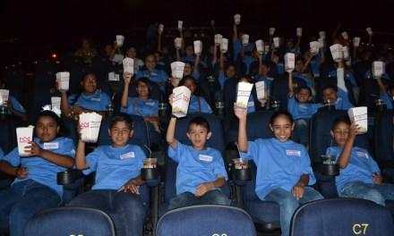 """Niños """"apadrinados"""" van al cine con el DIF"""