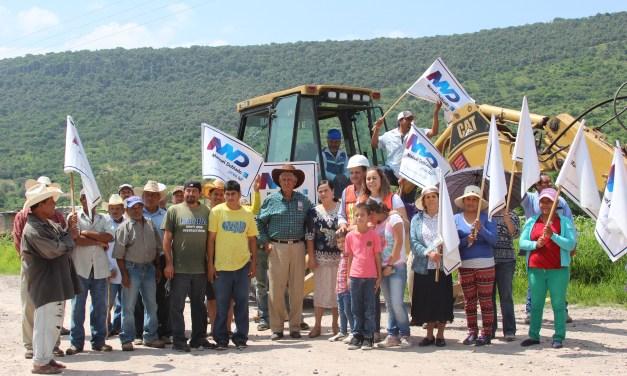 Rehabilitan camino a comunidad en Manuel Doblado