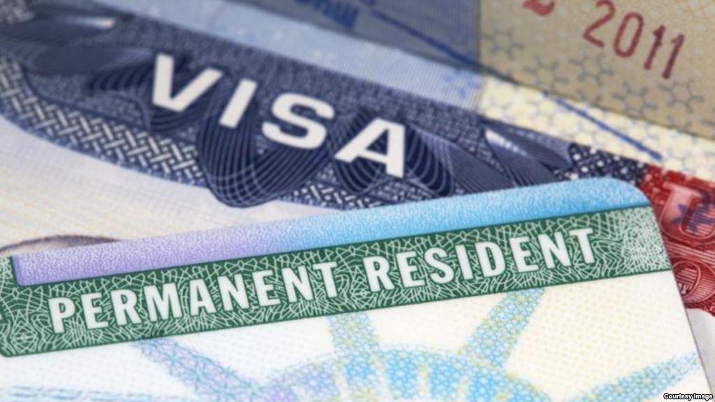 """EE.UU. considera restringir """"green cards"""" por asistencia pública"""