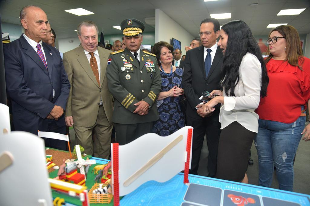 Resultado de imagen para Ministros de Educación, Cultura y Defensa recorren Feria Internacional del Libro; observan avances del sistema educativo