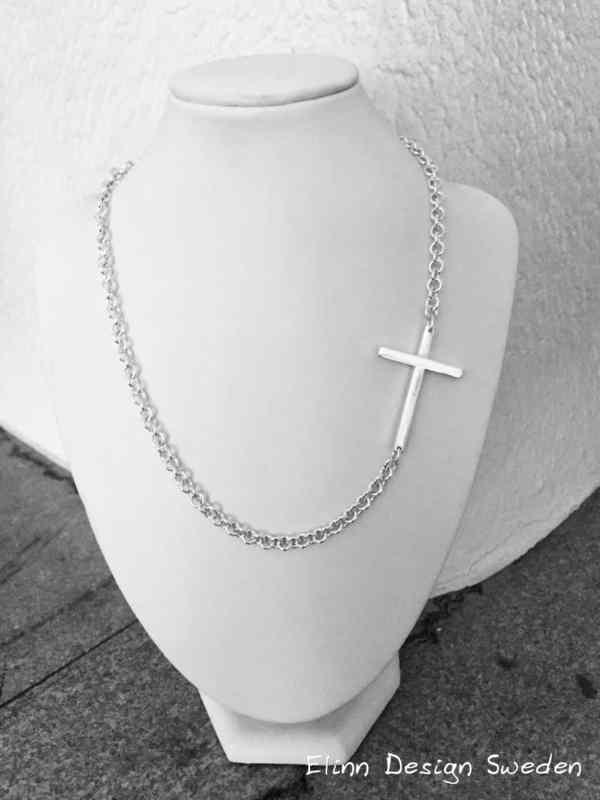 Silverhalsband med ett kors