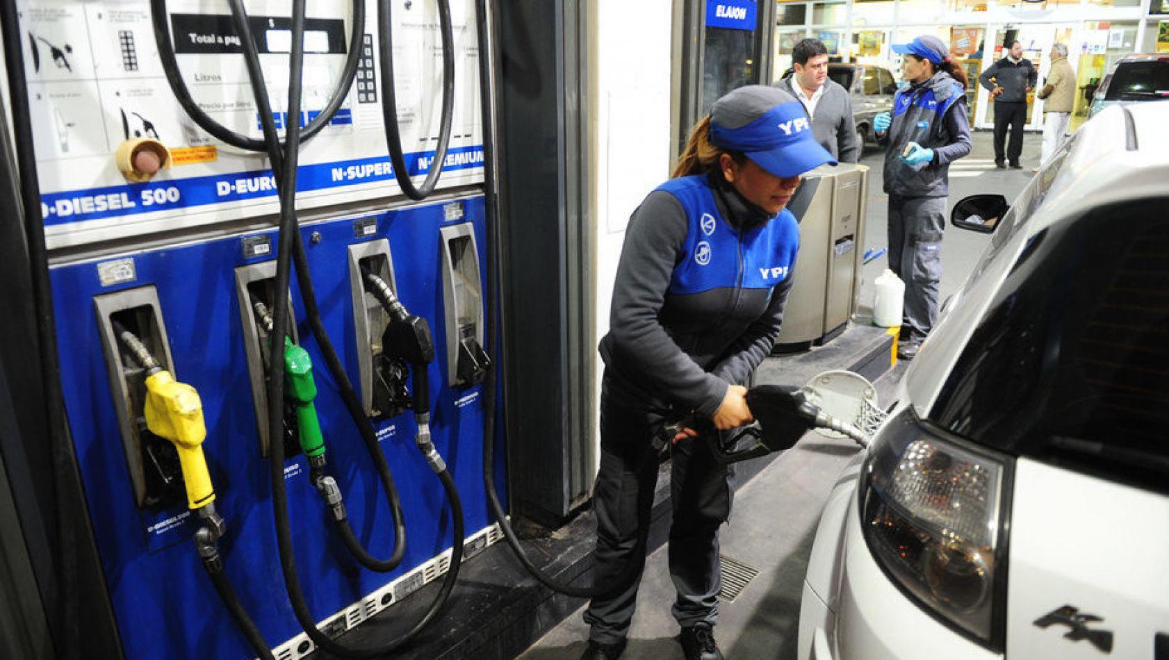 """Aumento de YPF: temen que la suba del precio del combustible genere """"que la  gente consuma menos"""" - El Intransigente"""