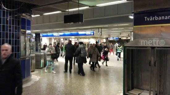 En man blir misshandlad av två andra personer vid Gullmarsplans tunnelbanestation vid 3-tiden på natten. Bild: mapio.net