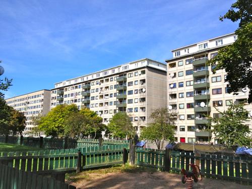 Här i stadsdelen Hammarkullen i östra Göteborg misshandlas en 20-årig man av fyra maskerade män. Foto: commons.wikimedia.org