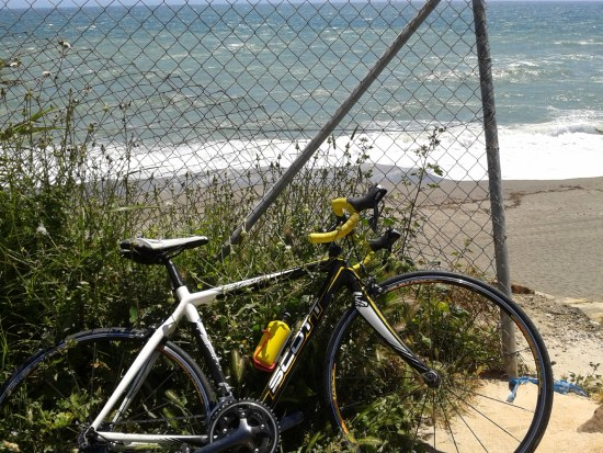 En utmattad cyklist låter cykeln få pusta ut en stund Foto: Jag själv