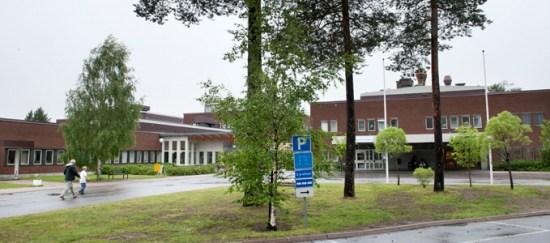 En man misshandlade två andra personer utanför Kalix sjukhus och greps av polisen. Bild: Norrbottens läns landsting
