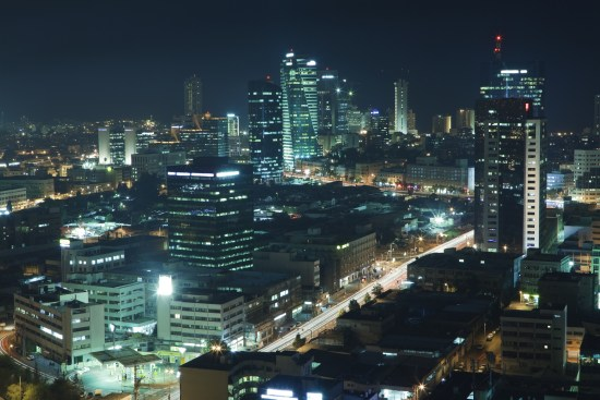 Tel Aviv är staden som aldrig sover. När man flyger över Tel Aviv på natten är det som om man ser en explosion i ljus och färger. Copyright: Slidezero/Dreamstime.com