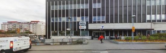 Ett gäng på mellan 15-20 personer attackerar polisen med stenblock och en lastpall här i Hallonbergen i Sundbybergs kommun. Bild: hitta.se