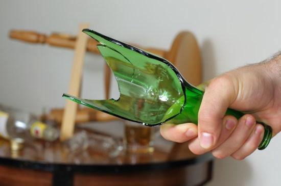 Trasig glasflaska Copyright: Boazyiftach/Dreamstime.com