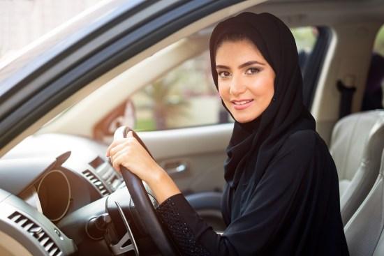 Saudisk kvinna kör bil copyright: Feroze/Dreamstime.com