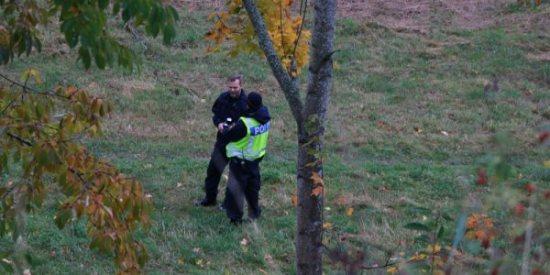 Polisen undersöker den plats den den 40-årige mannen hittats död i Kaxholmen, Hunnerydsvägen. Bild: jmini.se