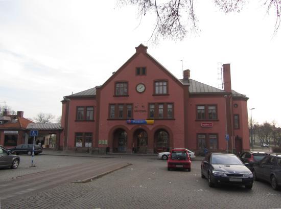 Här i närheten av järnvägsstationen i Skara misshandlades den 20 september fyra flyktingpojkar. Foto: commons.wikimedia.org