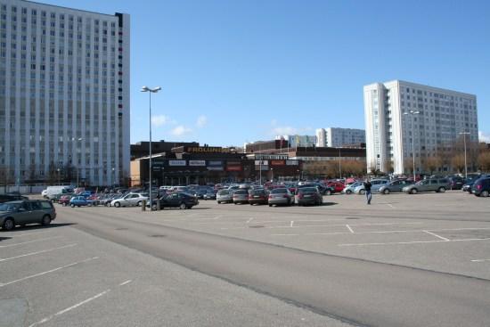 Det är på en parkeringsplats vid Frölunda torg i västra Göteborg som en kriminella man blir avrättad när han sitter i sin bil. Foto: goteborg.se