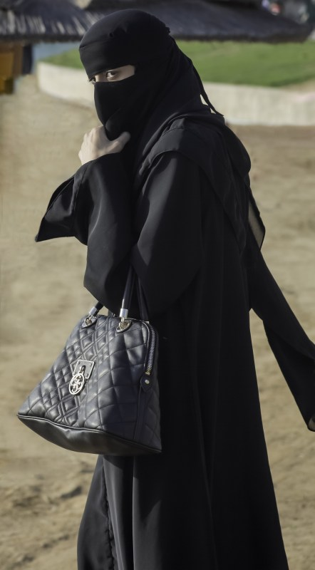 Saudisk kvinna dold helt i svart Copyright: Cmon999/Dreamstime.com
