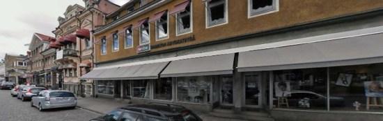 Här vid en grillkiosk på Norra Järnvägsgatan i Växjö blev en kvinna misshandlad av en okänd man. Bild: hitta.se
