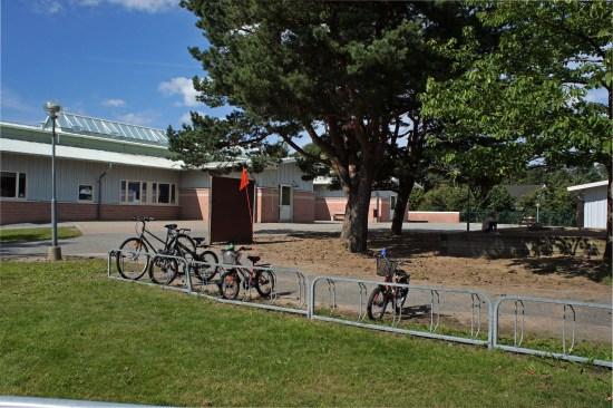 Polis och brandkår kallas till Lillebyns skola på Hisingen i Göteborg sen en brand har anlagts vid skolans vägg. Bild: goteborg.se