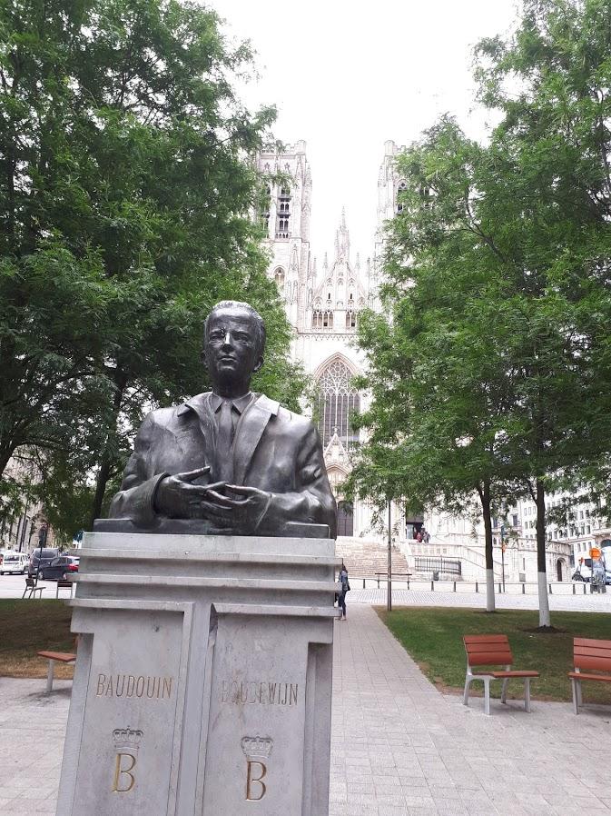 standbeeld bij St-Michiels en St-Goedelekathedraal Brussel