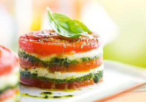 torentje van tomaat, mozzarelle en pesto