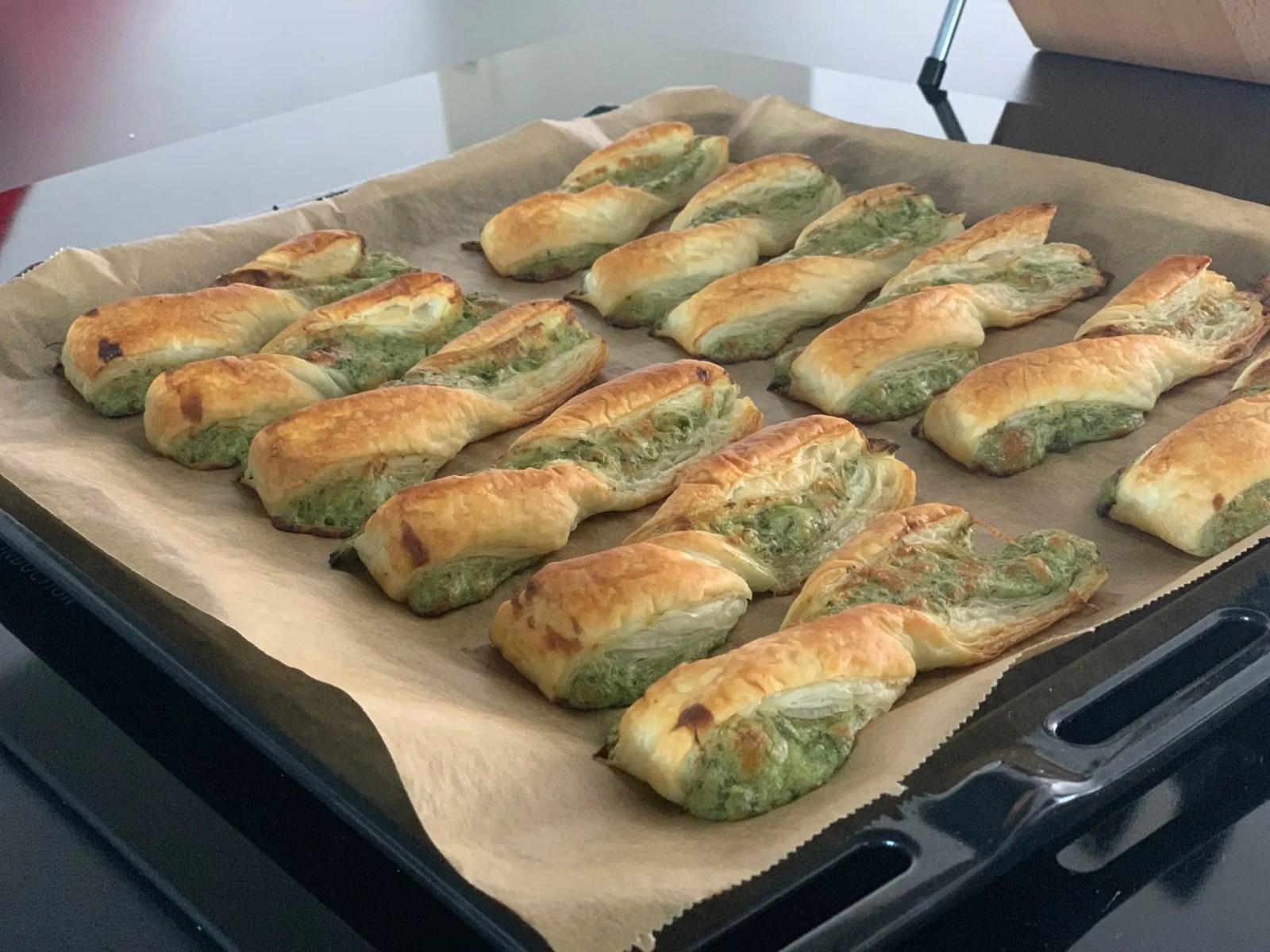 Grüne Sauce Blätterteigteilchen aus dem Ofen