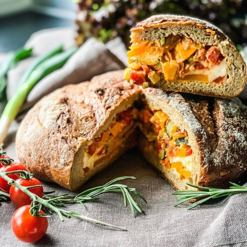 Gefülltes Brot mit Ratatouille für Gäste