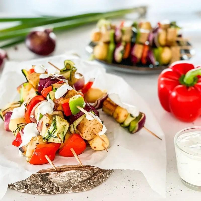 Grillspieße mit Gemüse und Grillkäse