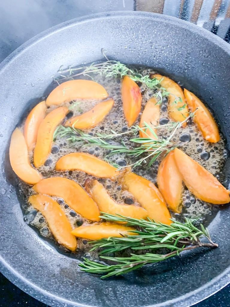 Aprikosen werden in der Pfanne karamellisiert