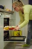 Als de oven voorverwarmd is op 180°C zet Elise de paprika's er 20 minuten in.