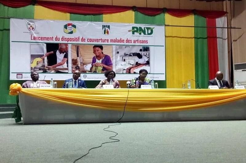 Table d'honneur au lancement de l'assurance maladie des artisans