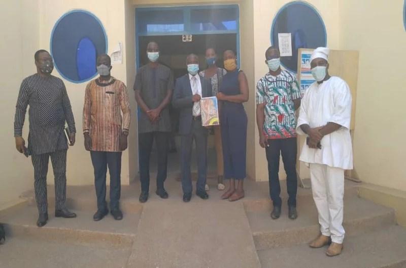 Photo de famille lors de la remise du plaidoyer au ministre