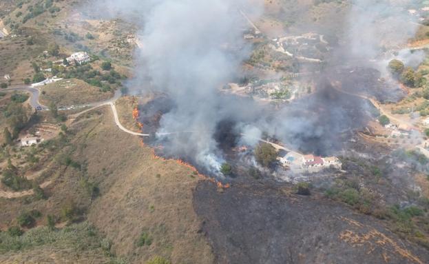 Desalojados vecinos de cuatro bloques por un incendio