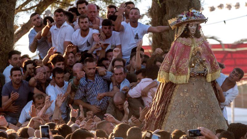 Camaristas cubren a la Virgen del Rocío y se inicia su traslado a Almonte