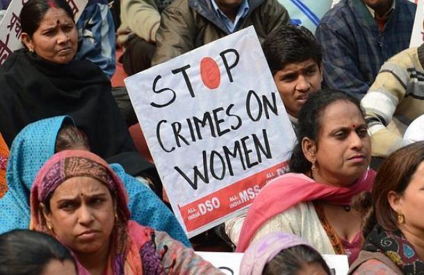 India: Las víctimas de violación siguen sometidas a degradantes pruebas con dos dedos a pesar de la prohibición