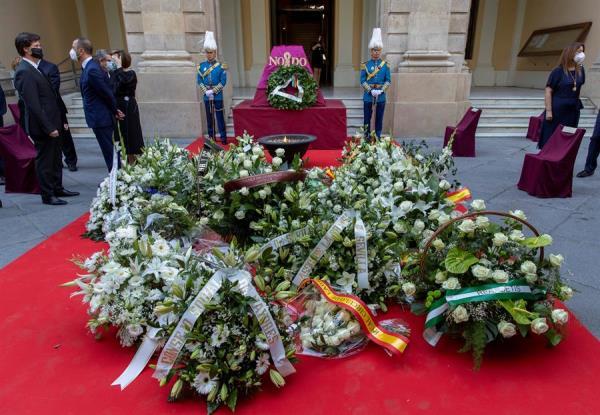 Sevilla homenajea a las víctimas del coronavirus en el día de San Fernando