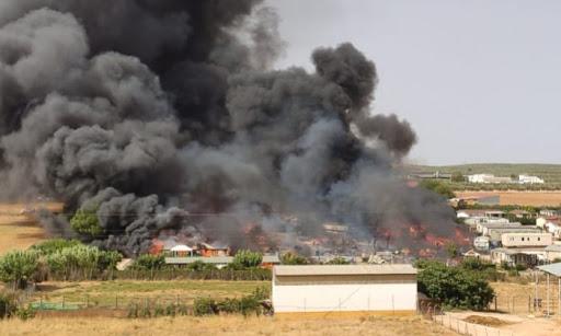 Dos heridos y 80 personas desalojadas por un incendio que arrasa un camping de Mollina