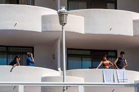 """Covid Estudiantes Mallorca: Alumnos de San Fernando dicen estar  """"secuestrados"""" en un hotel de Mallorca tras el macrobrote de covid   Público"""