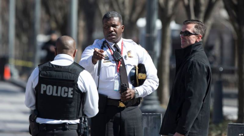La police est aperçue à l'extérieur de la Maison Blanche, à Washington, DC, le 3 mars 2018.