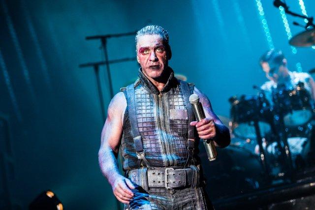Frontman Rammsteinu Till Lindemann bojuje s coronou a pneumóniou