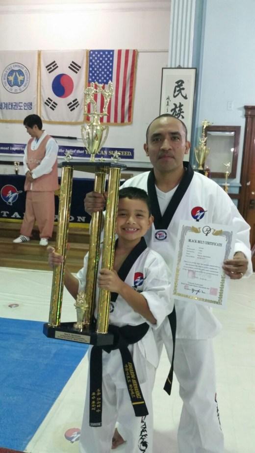 Foto con su padre y trofeo