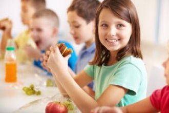 Foto de niños comiendo
