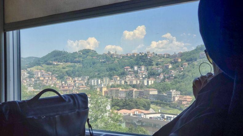 gênova vista da janela do trem.  #italy