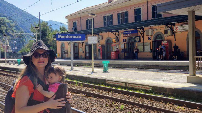 Na estação de trem em Monterosso Al Mare. Cinque Terre