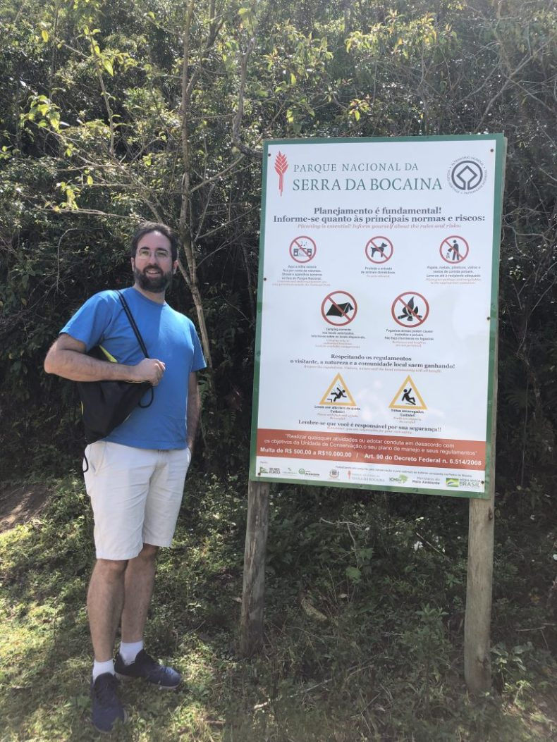Placa sinalizando as regras da trilha Pedra da Macela