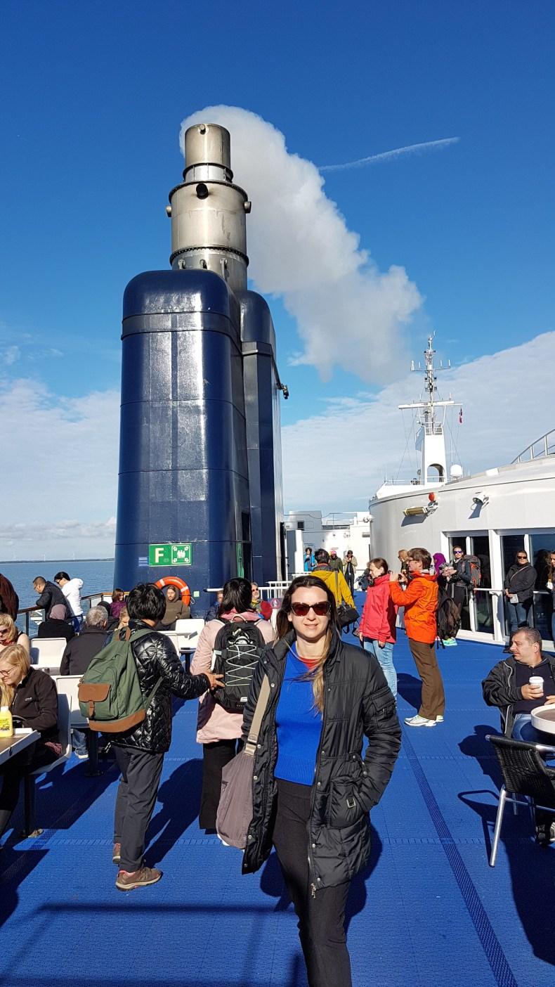 Navegando no mar Báltico. No pier do Trem-Navio, grávida de 12 semanas . Babymoon