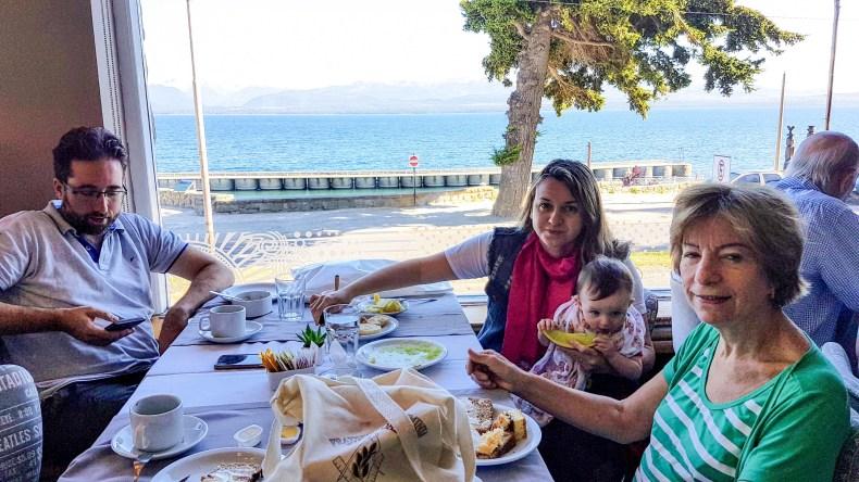Café da manhã em Bariloche, bebê com 8 meses. Viajar com bebês: alimentação e roteiro
