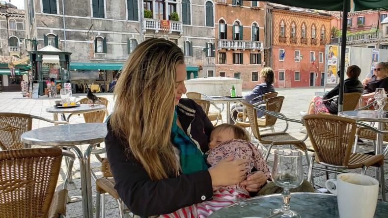 Viajar com bebês: alimentação e roteiro. Amamentando na Itália